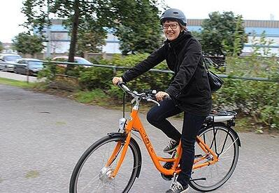 Elina-pyöräilee